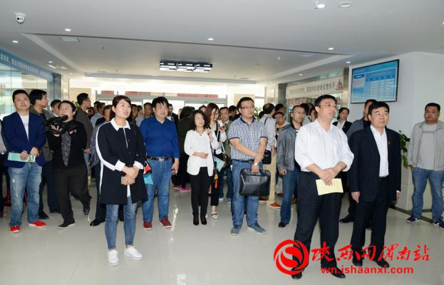 渭南市卫计局副局长徐萌新带领观摩团一行实地参观临渭区杜桥社区卫生服务中心。记者 许艾学 摄