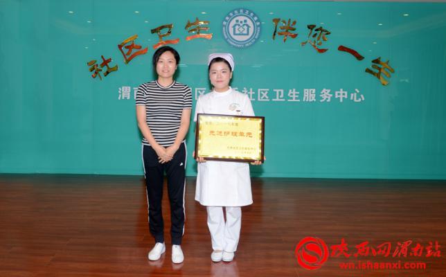 参会领导为获奖人员颁奖并合影留念。记者 杨大君 摄