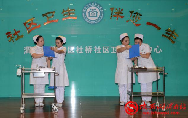 白衣天使们还带来的护理礼仪表演。记者 杨大君 摄